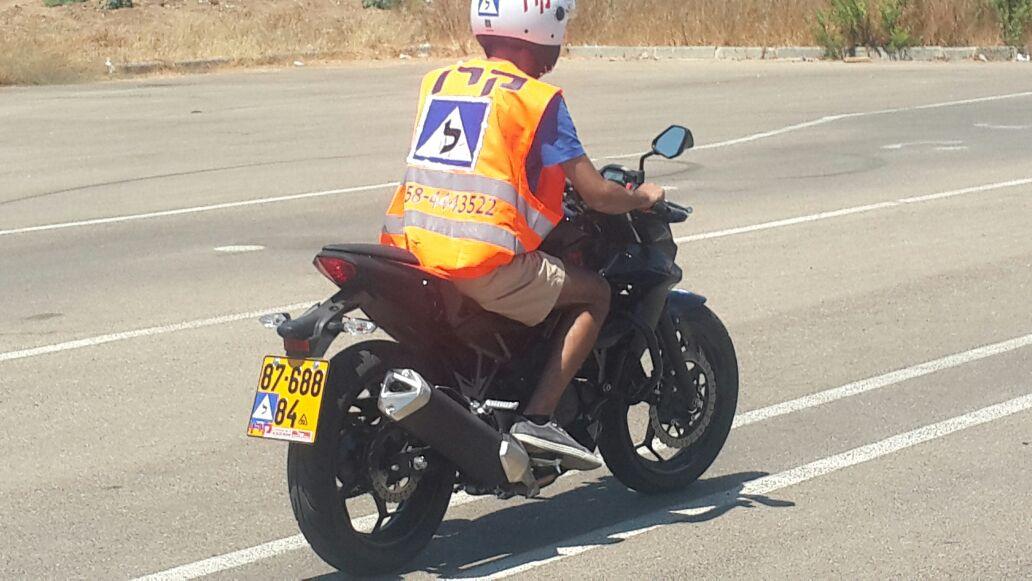תלמיד באמצע שיעור נהיגה על אופנוע