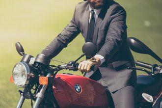 בחור צעיר רוכב על אופנוע