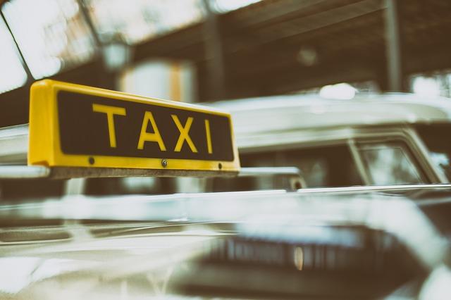 """שלט """"טקסי"""" על מונית"""
