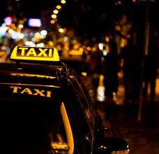 נהג מונית נוסע על הכביש בלילה