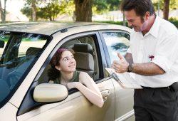 מורה נהיגה משבח את תלמידת הנהיגה