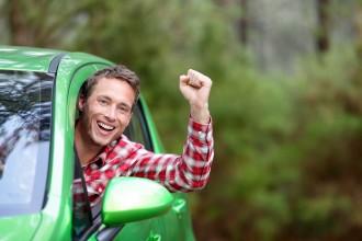 נהג אוטו שמח ומאושר