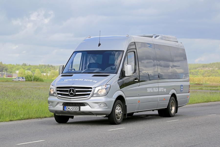 אוטובוס זעיר נוסע בכביש